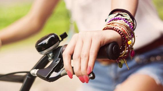Accumuler ses bracelets avec style